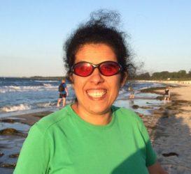Lydia lächelnd am Strand