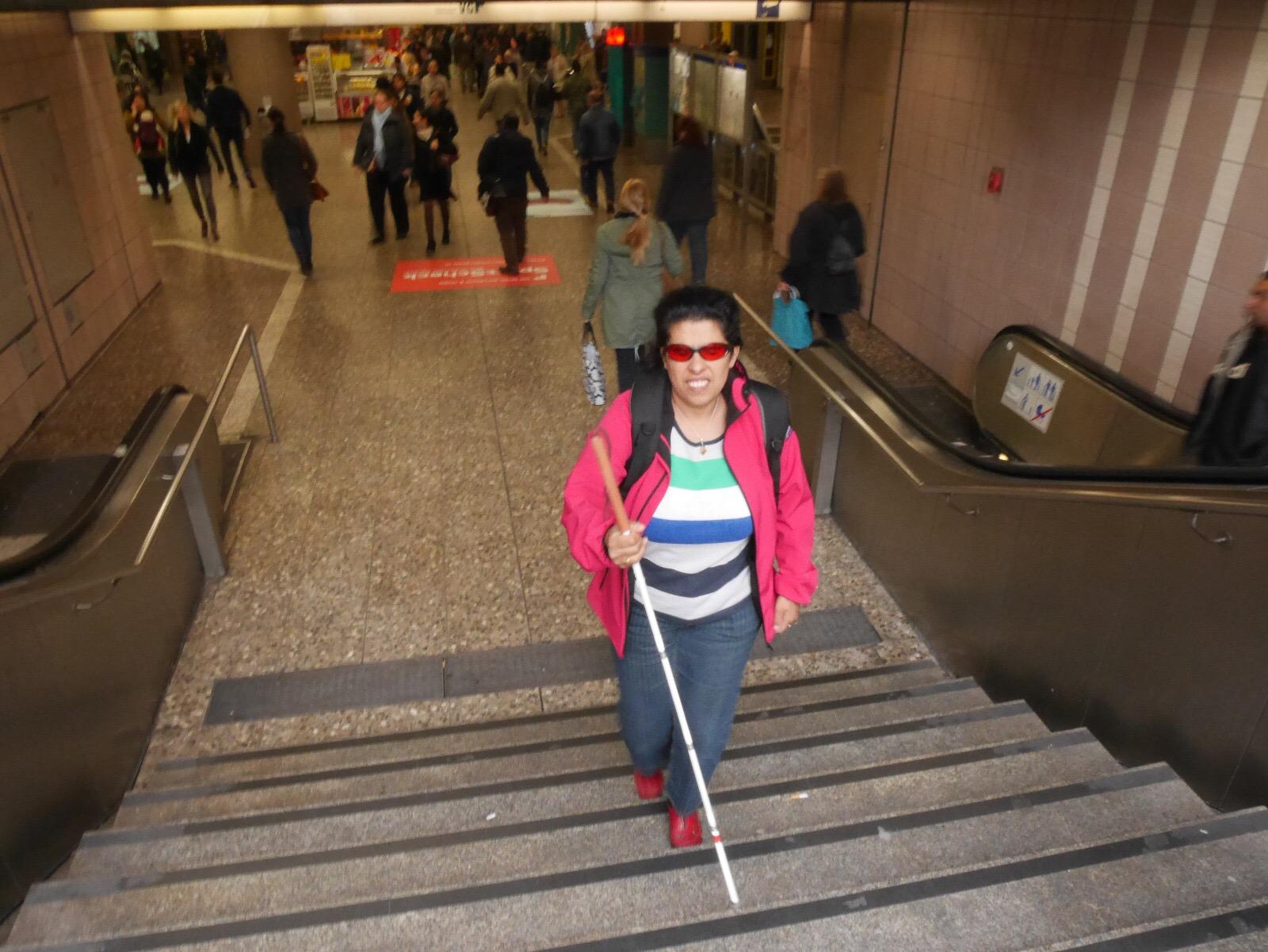 Lydia mit Stock auf einer Treppe aufwärts