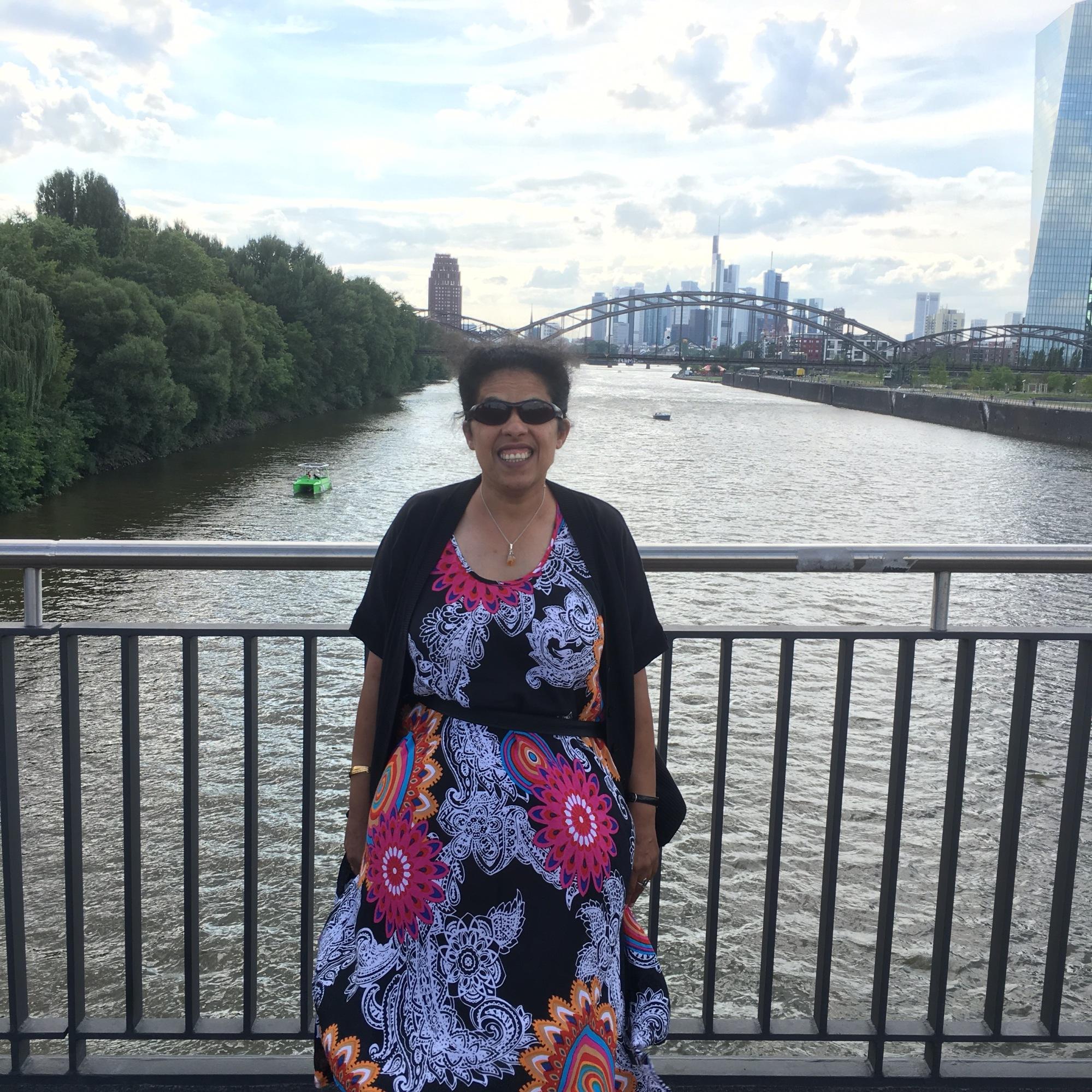 Lydia auf einer Brücke mit Skyline im Hintergrund