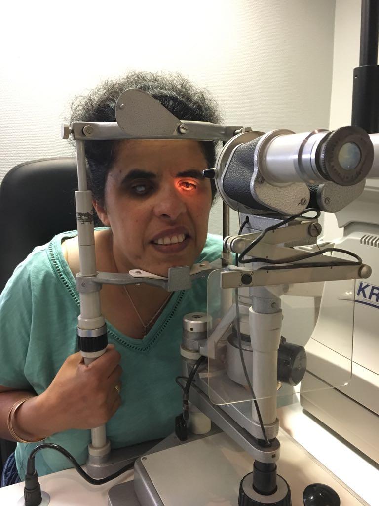 Lydia bei einer Augenärztlichen Untersuchung