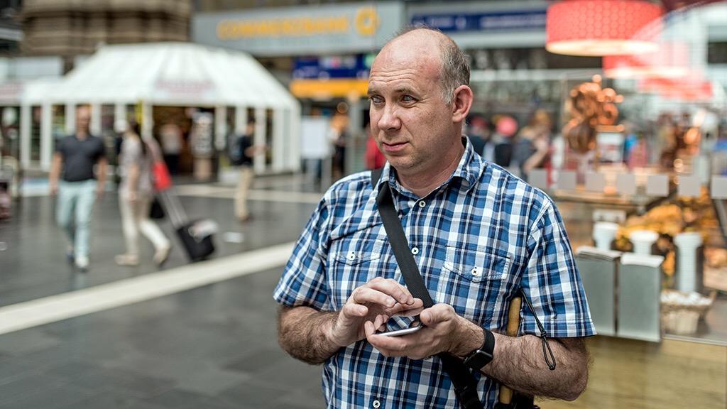 Matthias Schäfer bedient mit einer Hand ein Smartphone