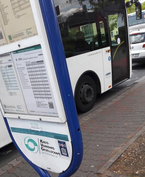 20170509_115625 Lydia am Bus, der weit nach vorne fährt