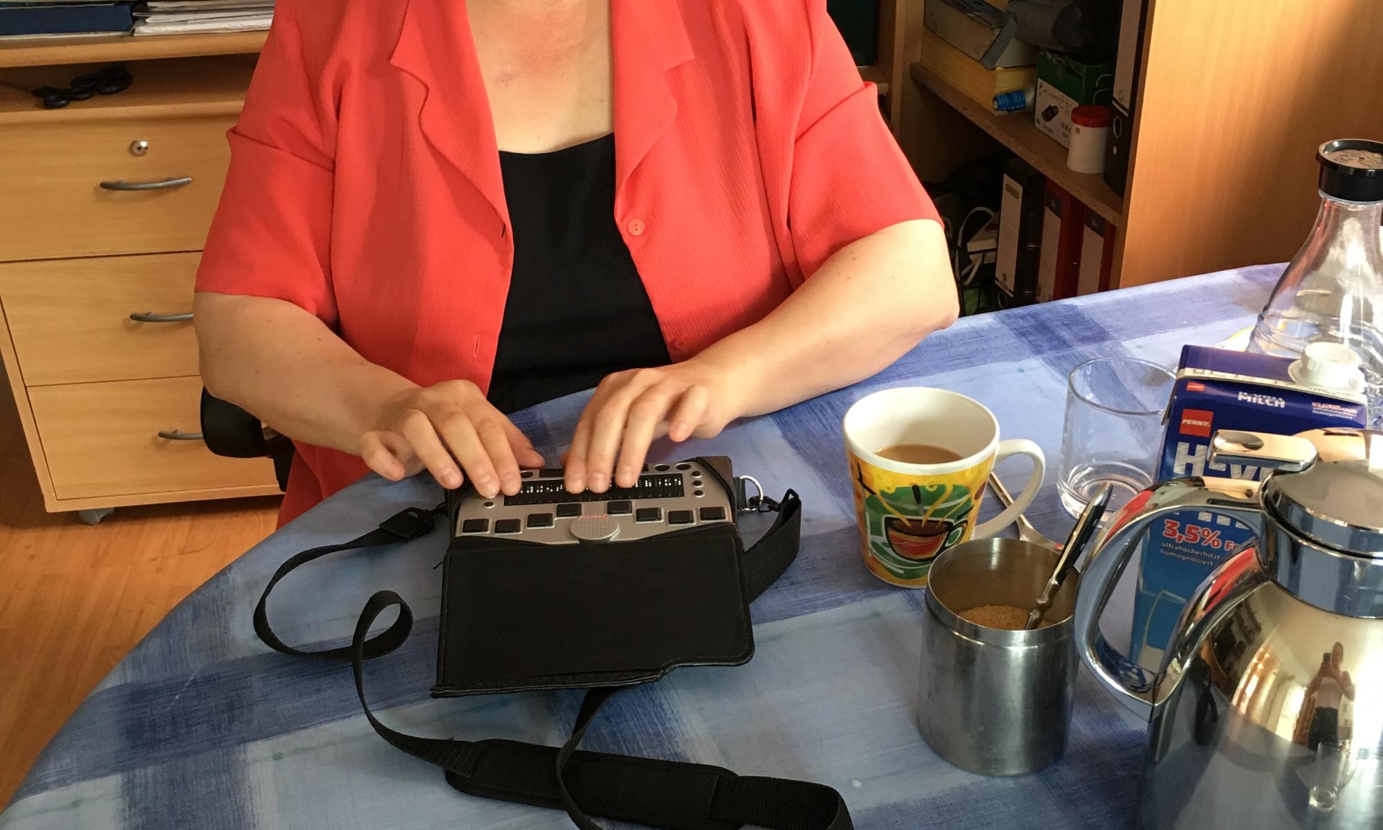 Susanne Aatz liest Braille