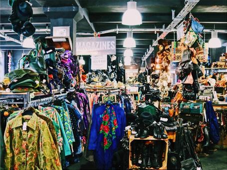 Blick in den Second Hand Shop sichtbar sind viele Klamotten