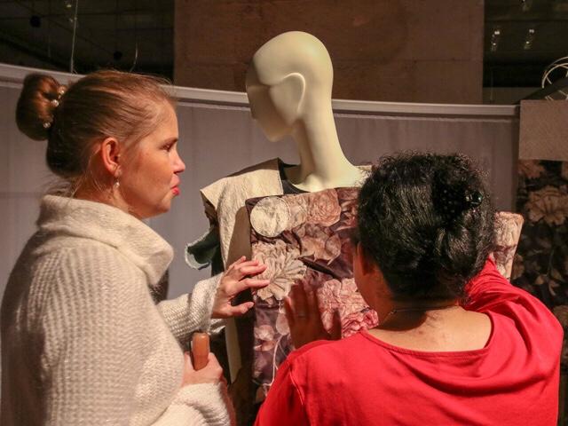 2 blinde Frauen betasten ein Kleidungsstück