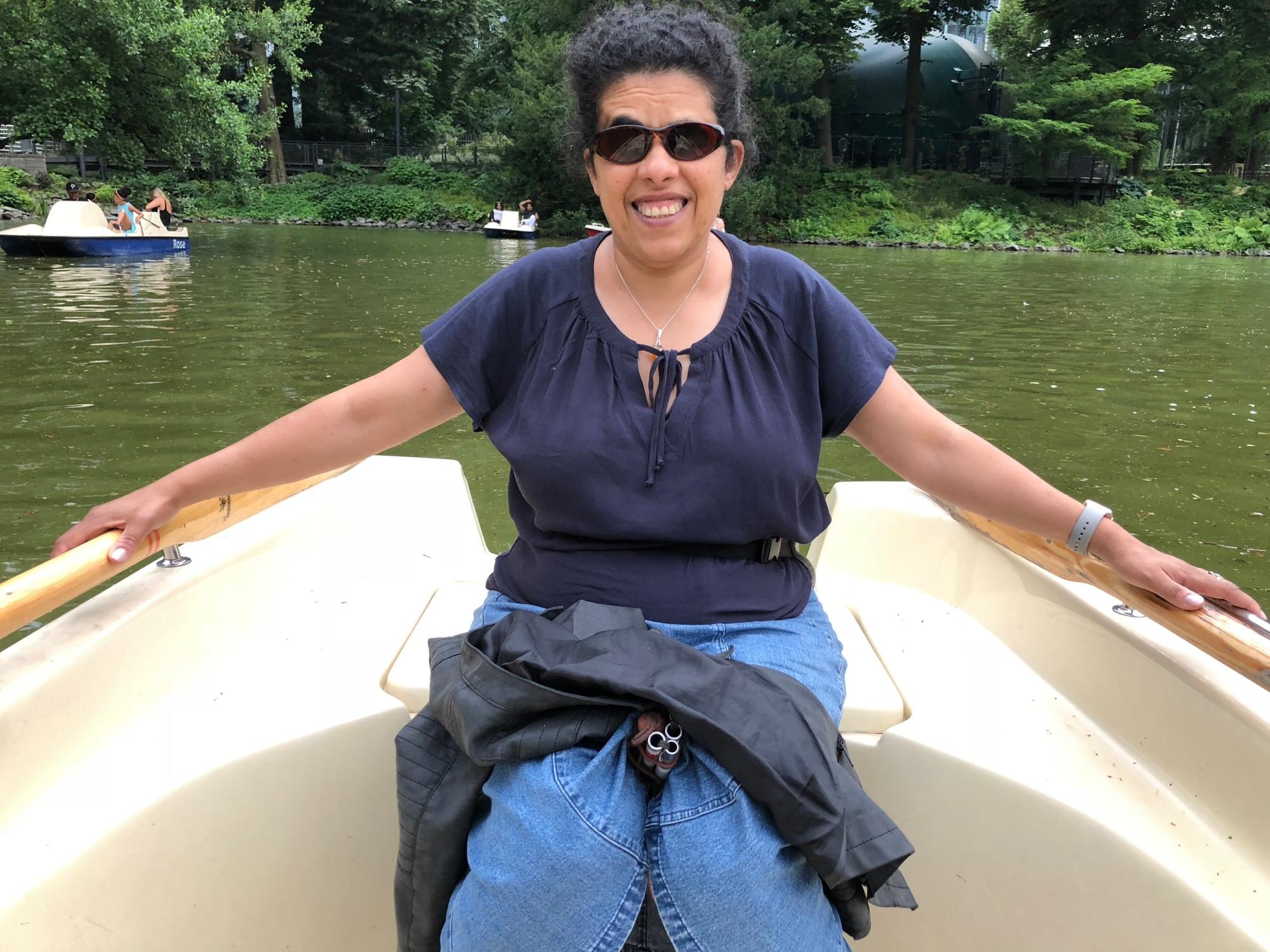 Lydia sitzt in einem Boot.