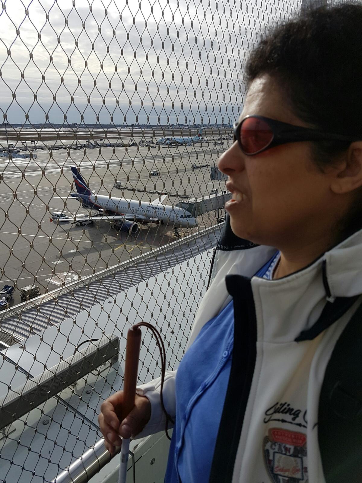 Lydia auf der Besucherterrasse vor einem Flugzeug