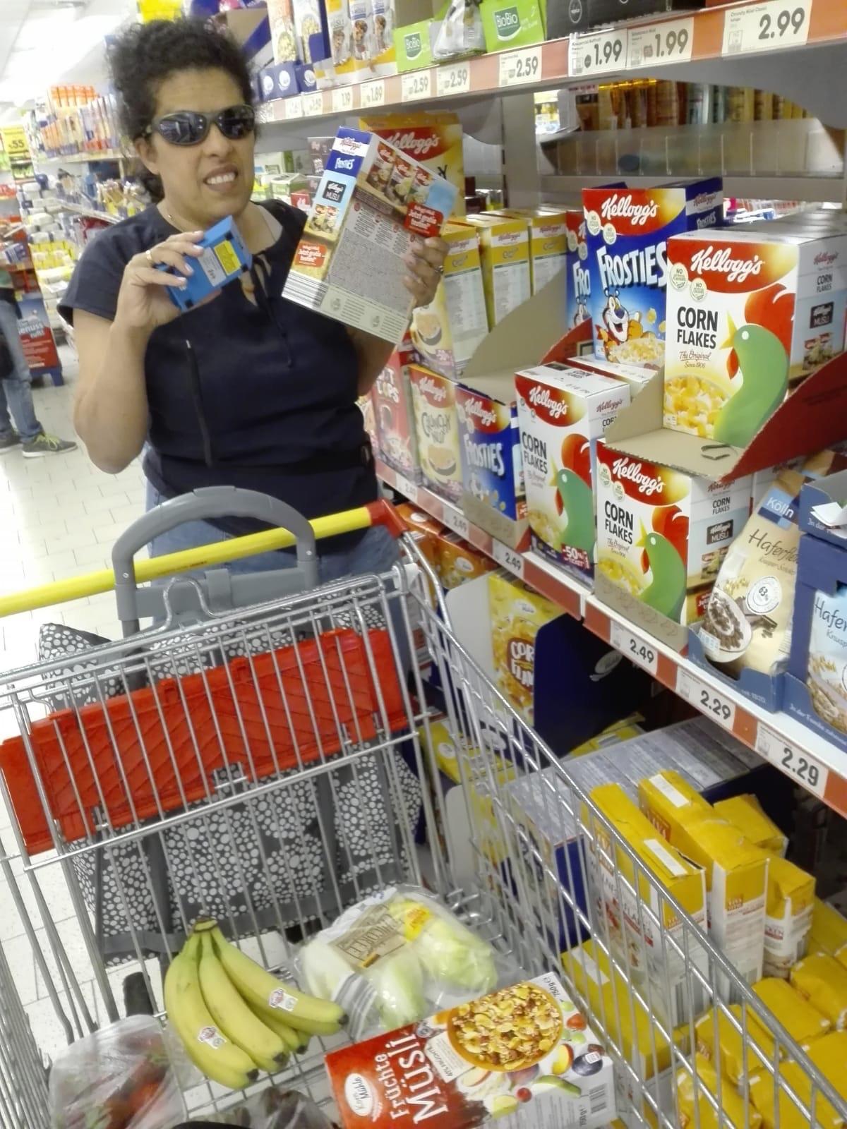 Lydia richtet den Einkaufsfuchs auf ein Produkt im Supermarkt.