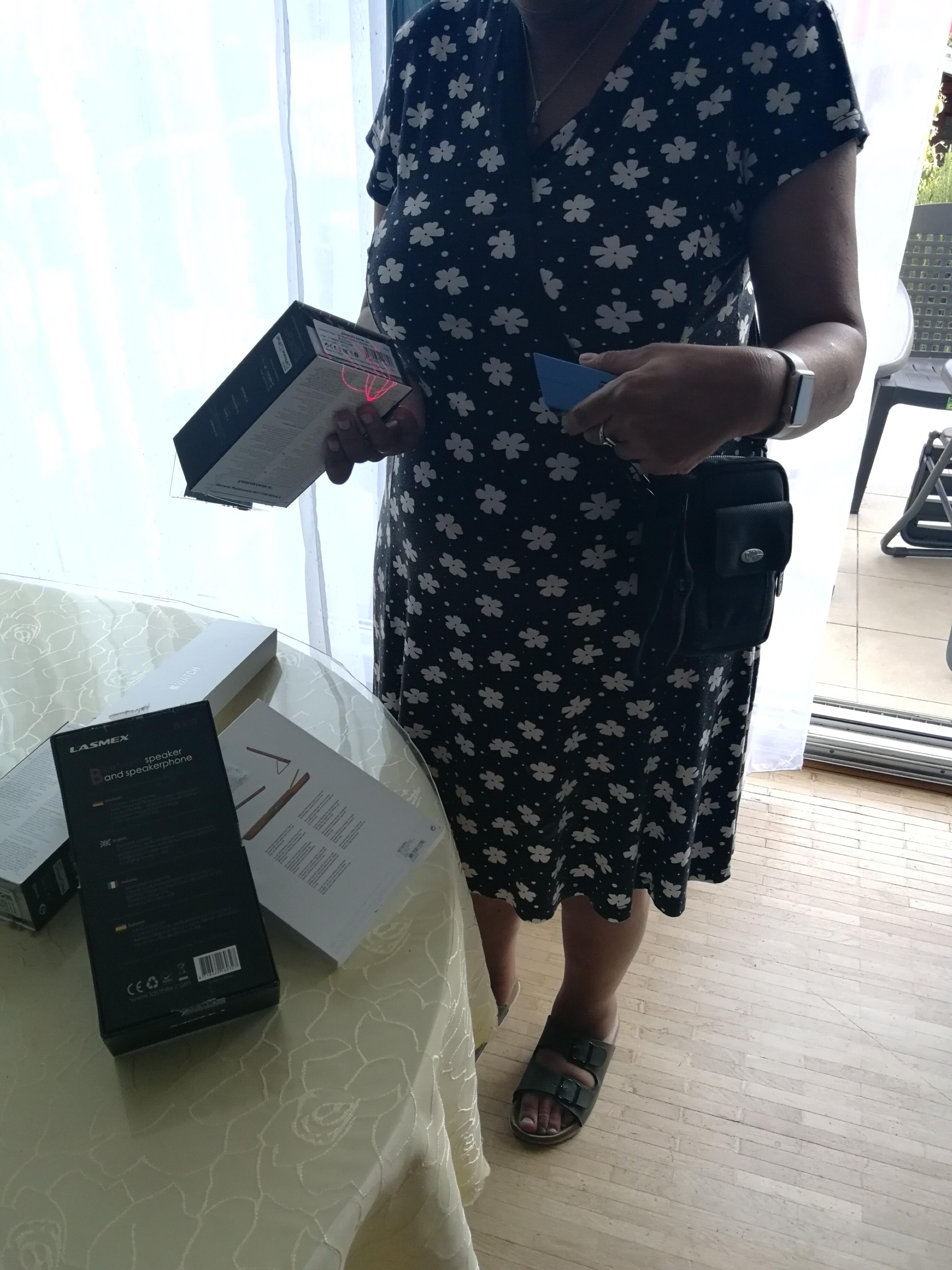 Der Scanner des Einkaufsfuchs ist auf den Barcode einer von mehreren Verpackungen gerichtet.