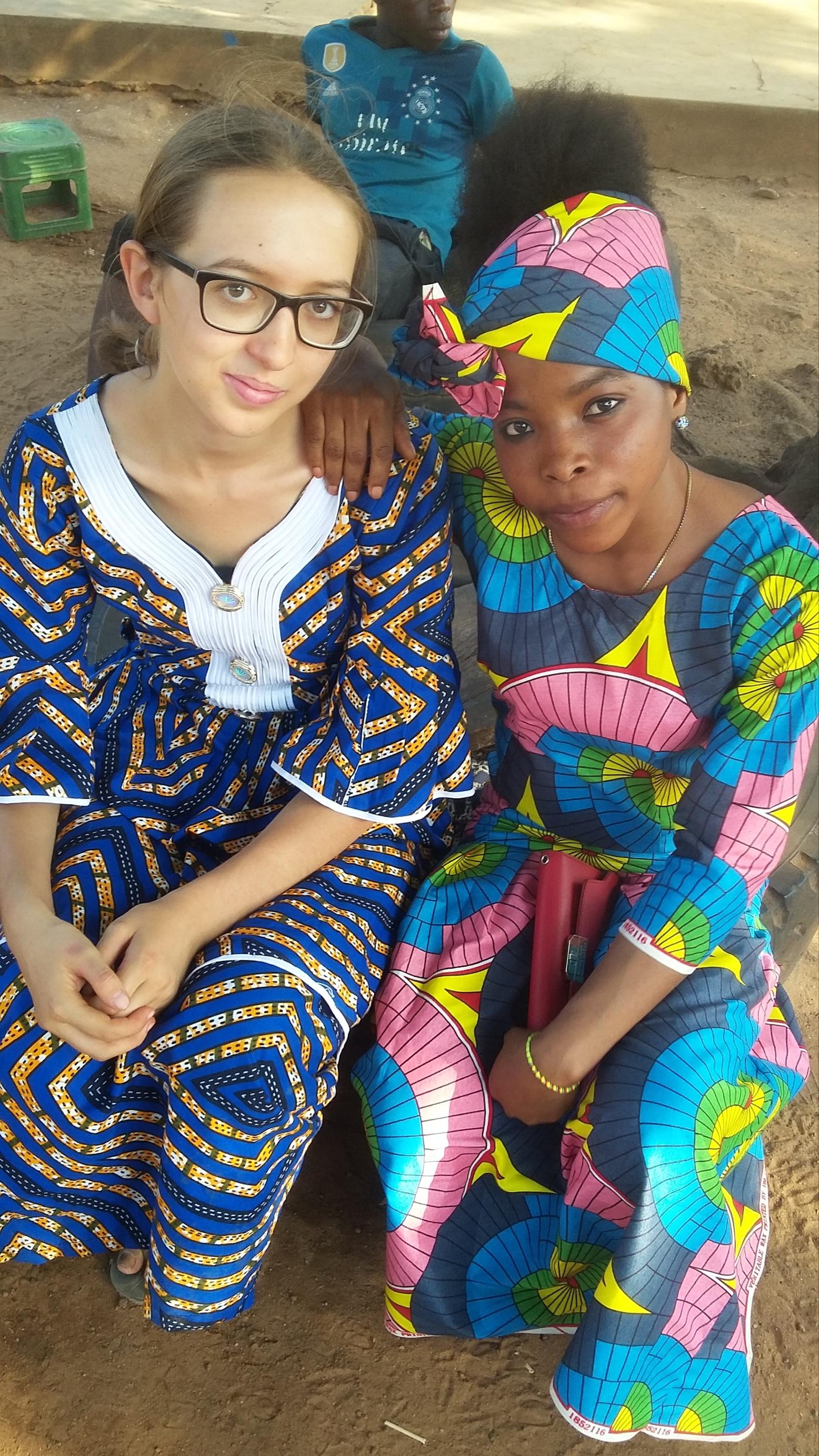 Gastschwester Samsia (rechts) und Jasmin (links) in festlicher Kleidung bei einem Ausflug nach Bassila (Benin)