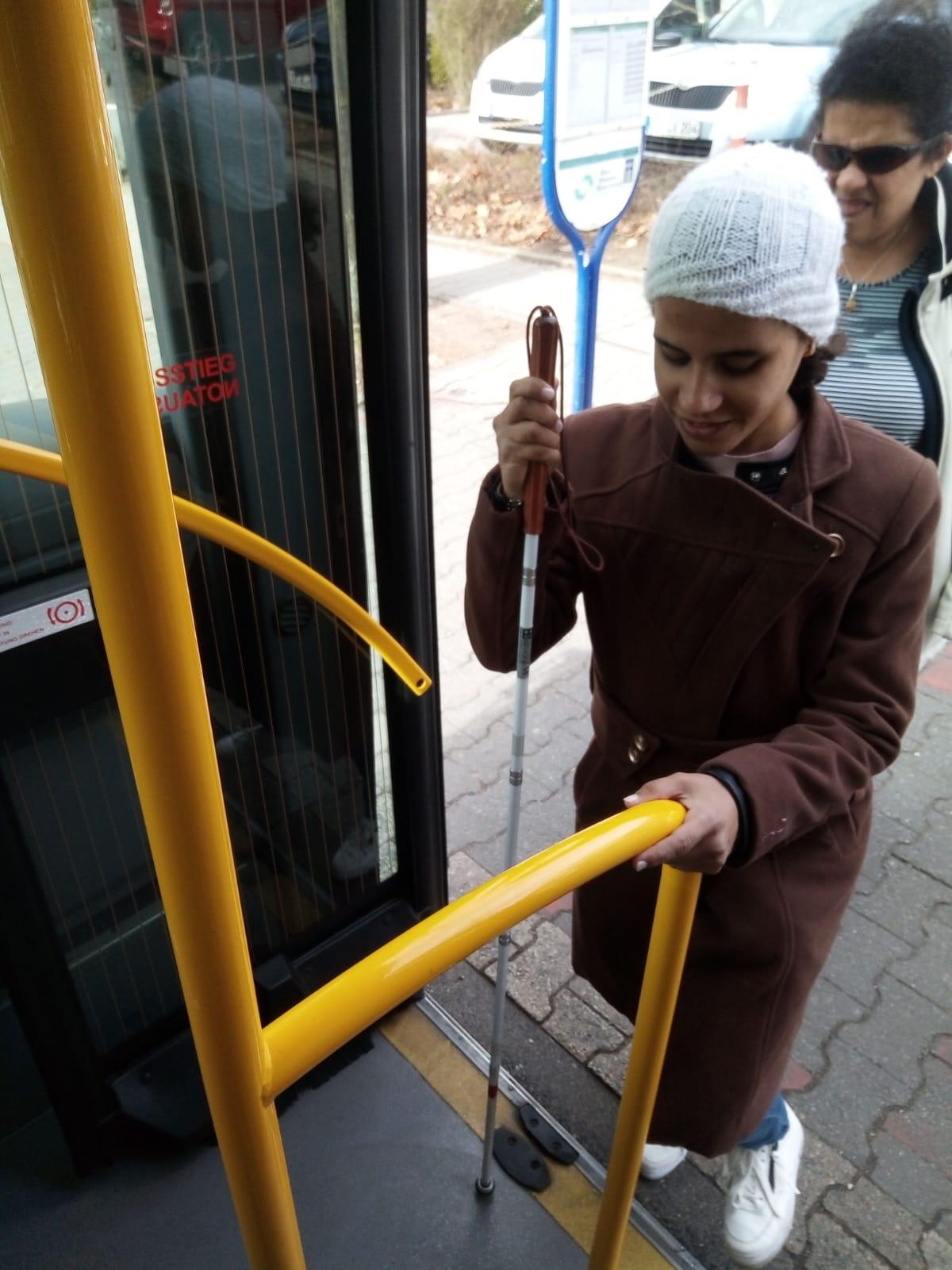 Amal steigt allein in einen Linienbus ein