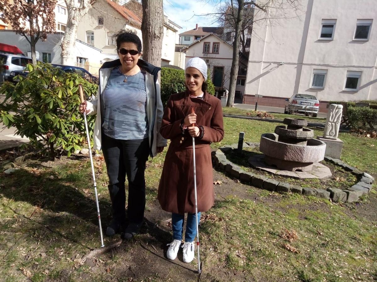 Lydia und Amal in einem Garten.