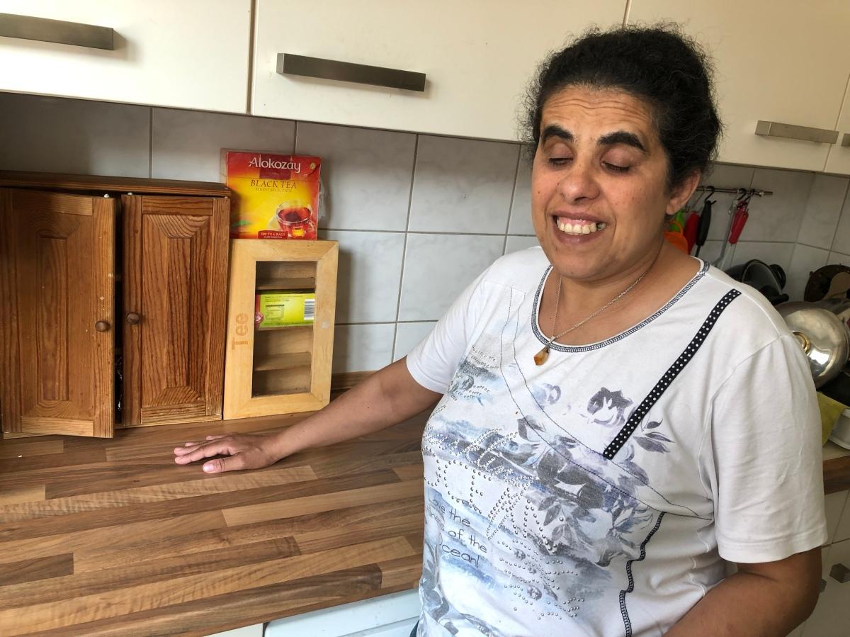 Lydia steht vor einer Arbeitsfläche in der Küche.
