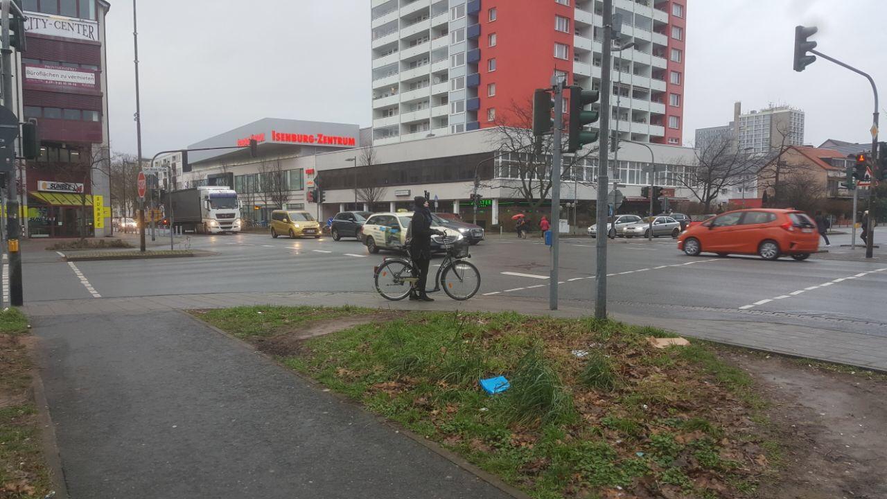 Stark befahrene Kreuzung mit mehreren Verkehrsinseln
