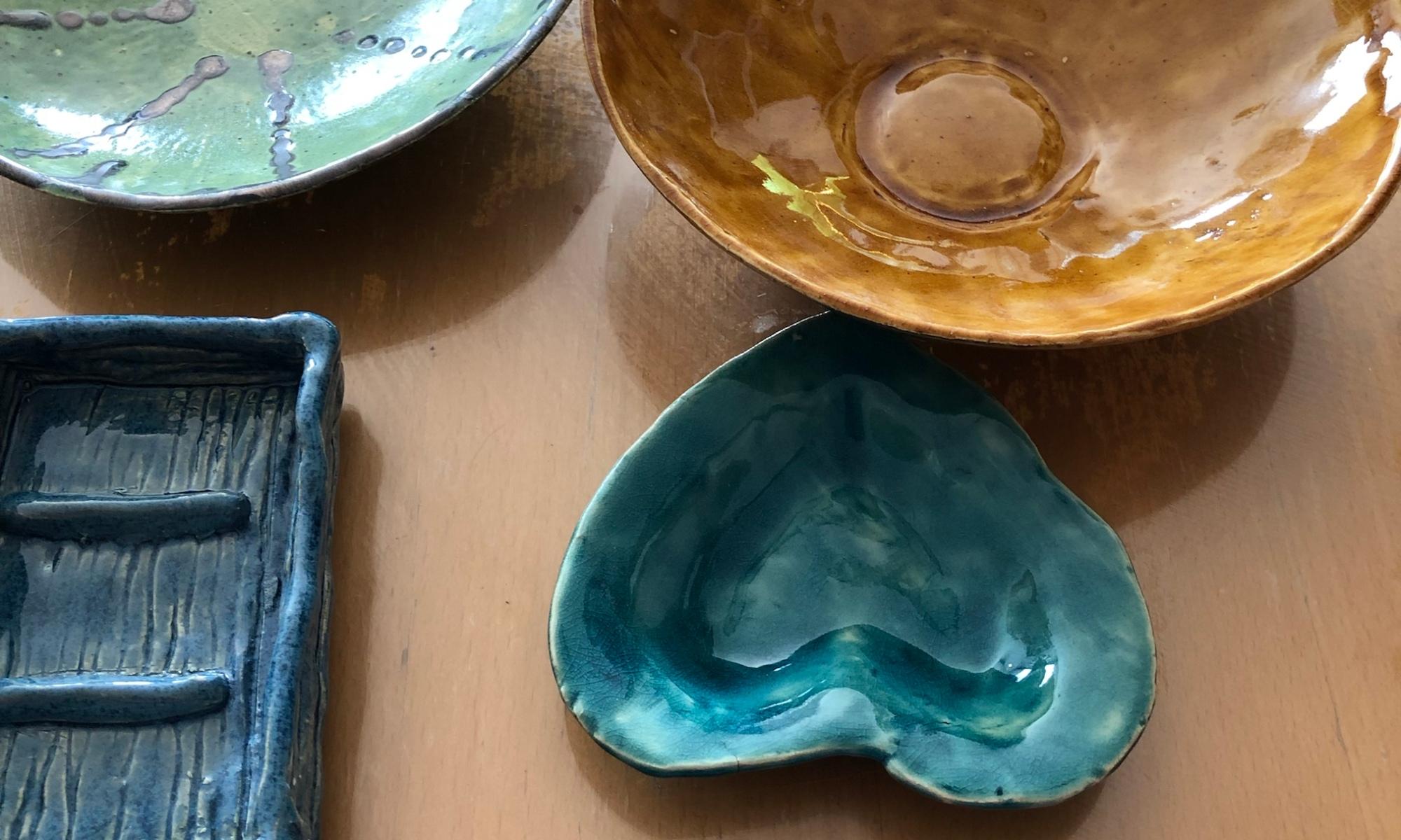 Auf einem Tisch 2 runde, dünne Tonschalen, eine Seifenschale und eine kleine Schale in Herzform.