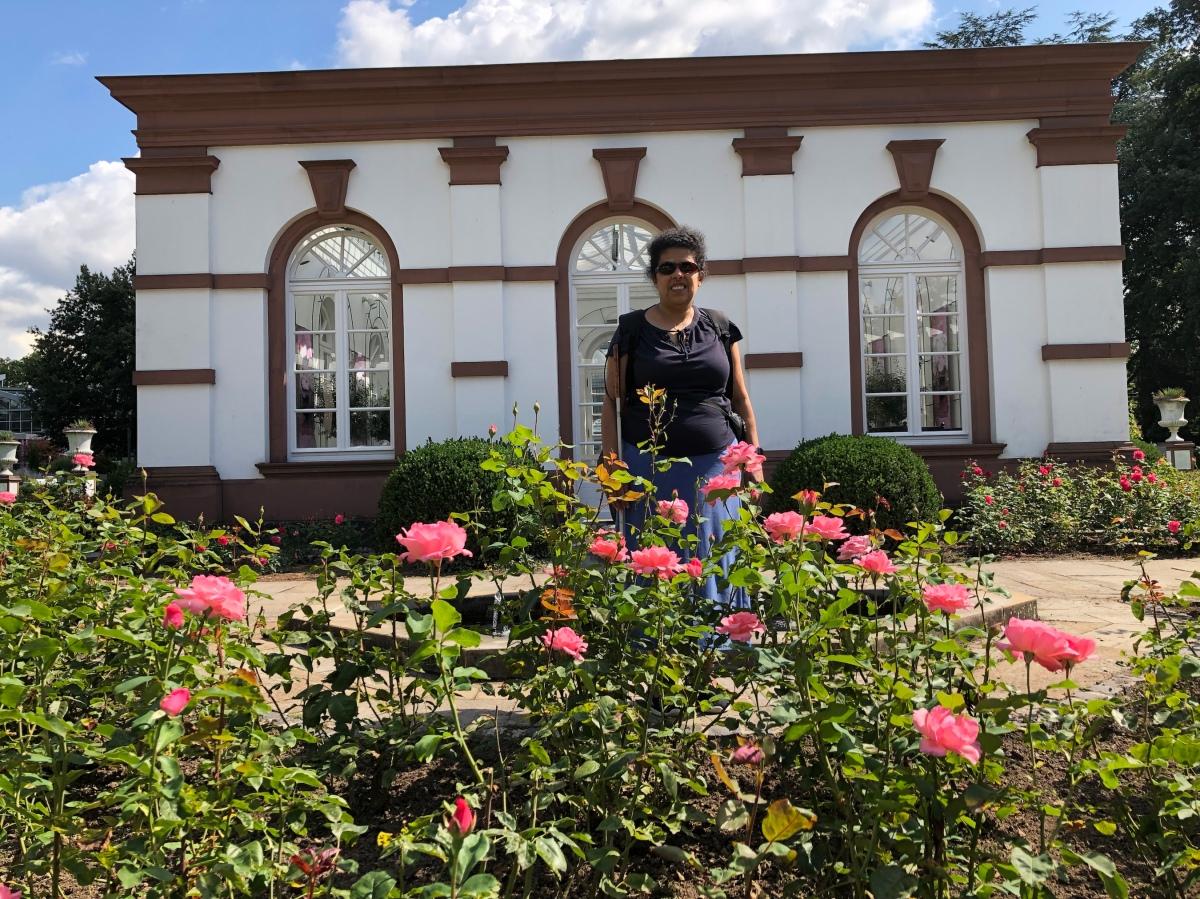 Lydia steht an einem Teich mit vielen Pflanzen