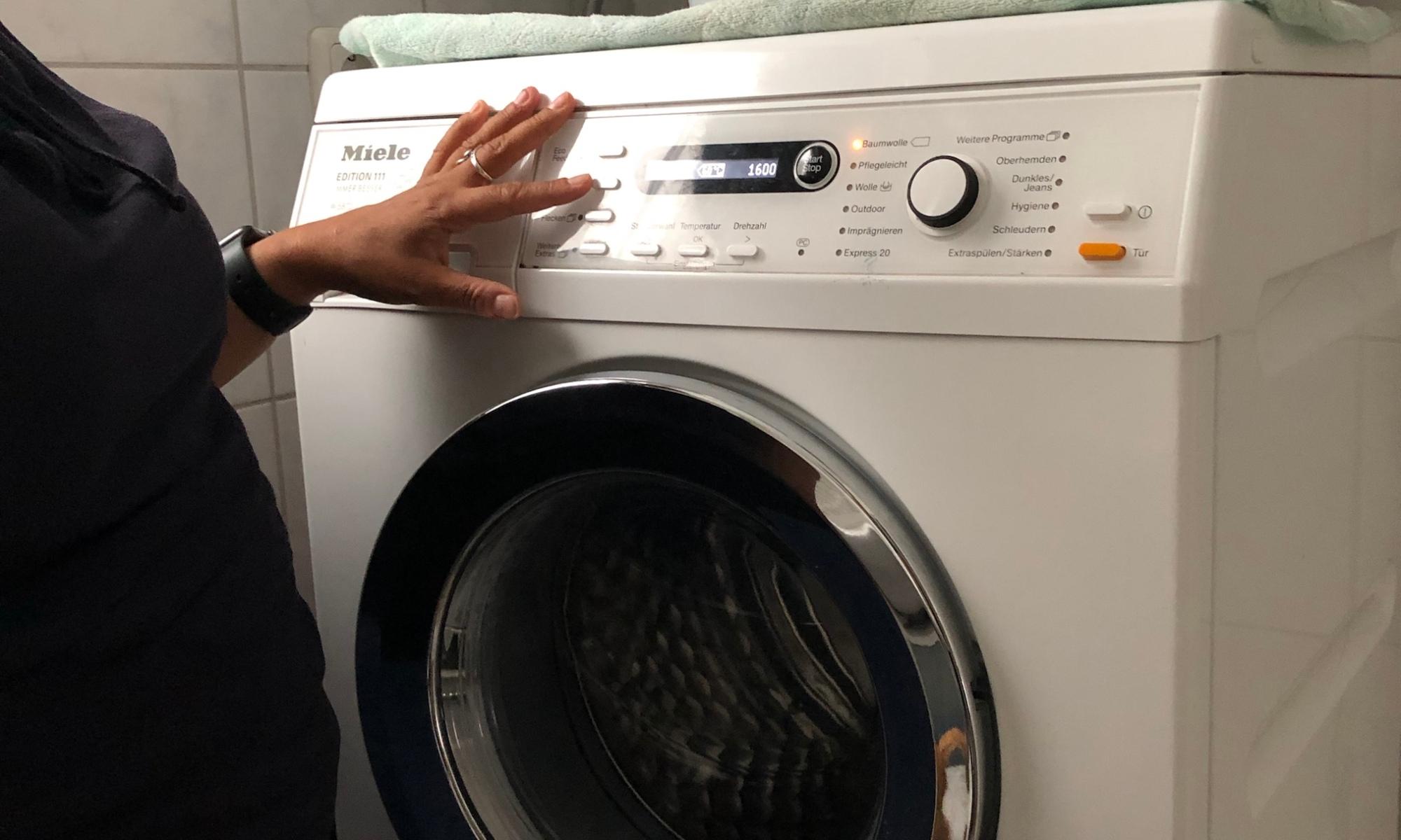 Waschmaschine mit fühlbaren Bedienelementen
