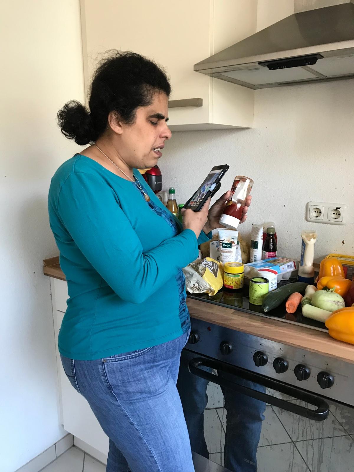 Lydia sortiert ihren Einkauf mit Hilfe des Smartphone