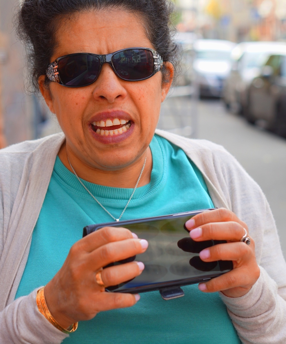 Lydia ist draußen und schreibt Braille auf dem iPhone
