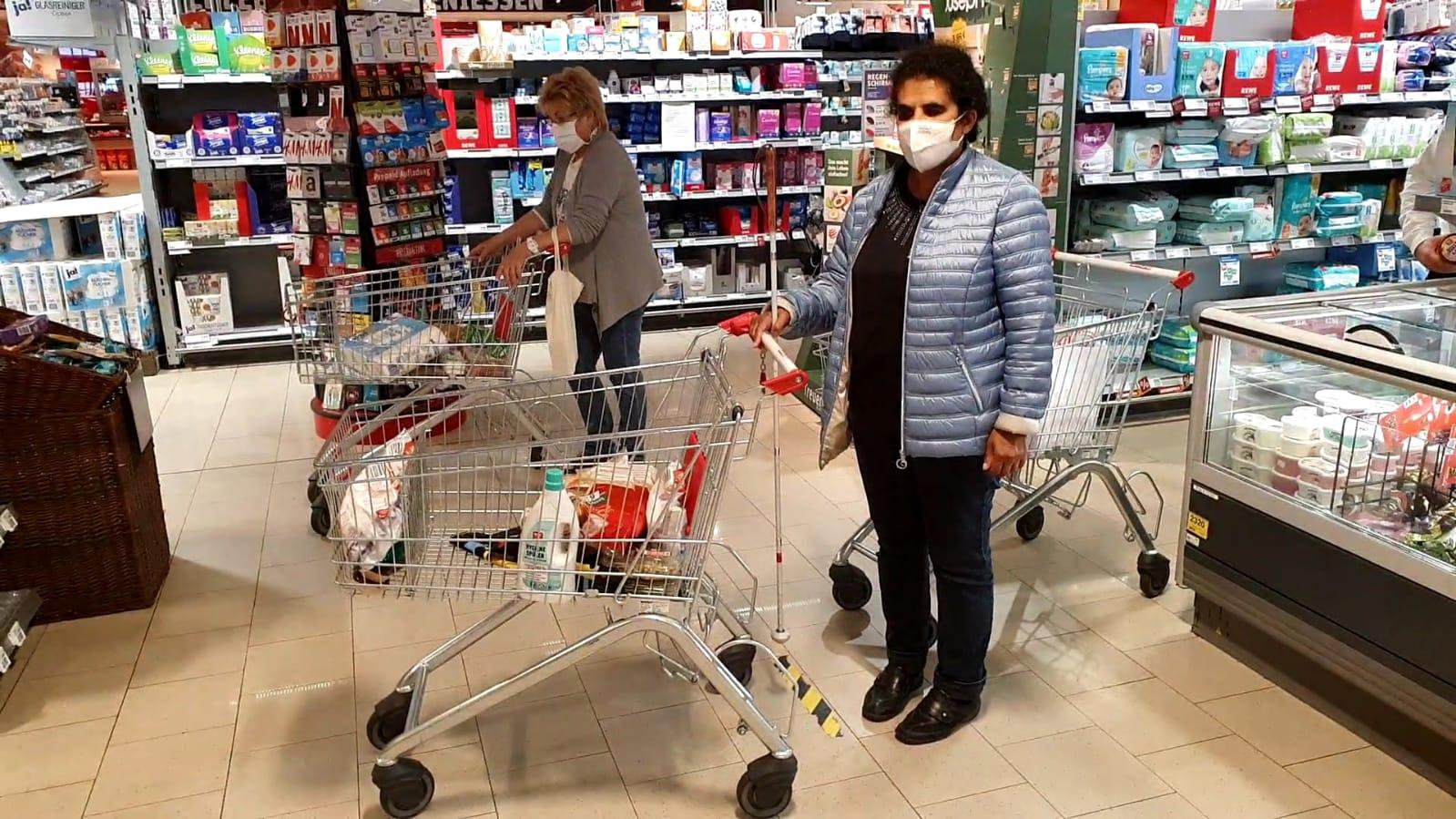 Lydia mit Einkaufswagen